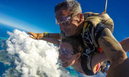Saut en parachute à Moorea ! L'interview de Capucine