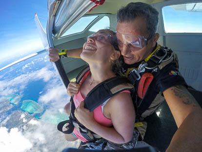 Parachutisme à Moorea: le saut dans le vide.