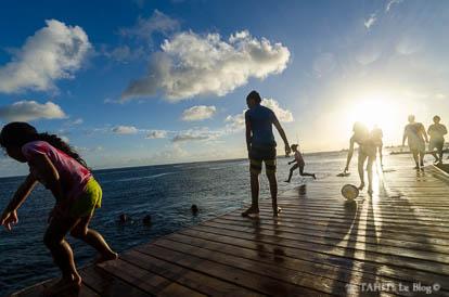 Enfants jouant sur le port à Fare à Huahine
