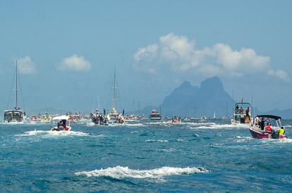 Les bateaux suiveurs pendant la Hawaiki Nui Va'a