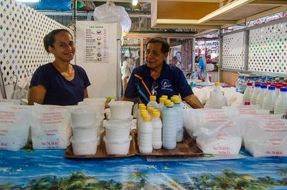Marchand de lait de coco au marché de Papeete