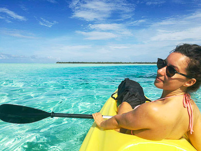 Interne à Tahiti : justine en Kayak sur le lagon