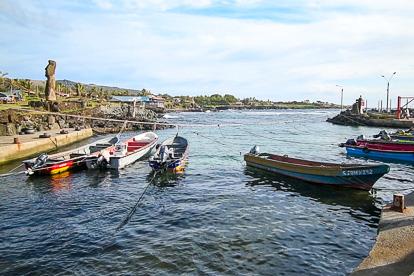 île de Pâques : port des pêcheurs à Hanga Roa