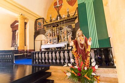 Gambier : Autel de la cathédrale Saint Michel à Rikitea sur Mangareva